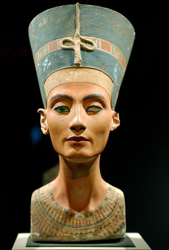 Busto de la reina egipcia Nefertiti expuesto en el museo Kulturforum de Berlín, Alemania.