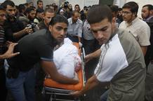 El cadáver de uno de los muertos en el bombardeo israelí llega a un hospital de Gaza