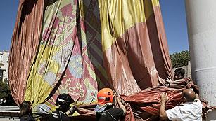 Cae al suelo la bandera española que ondea en la plaza de Colón de Madrid