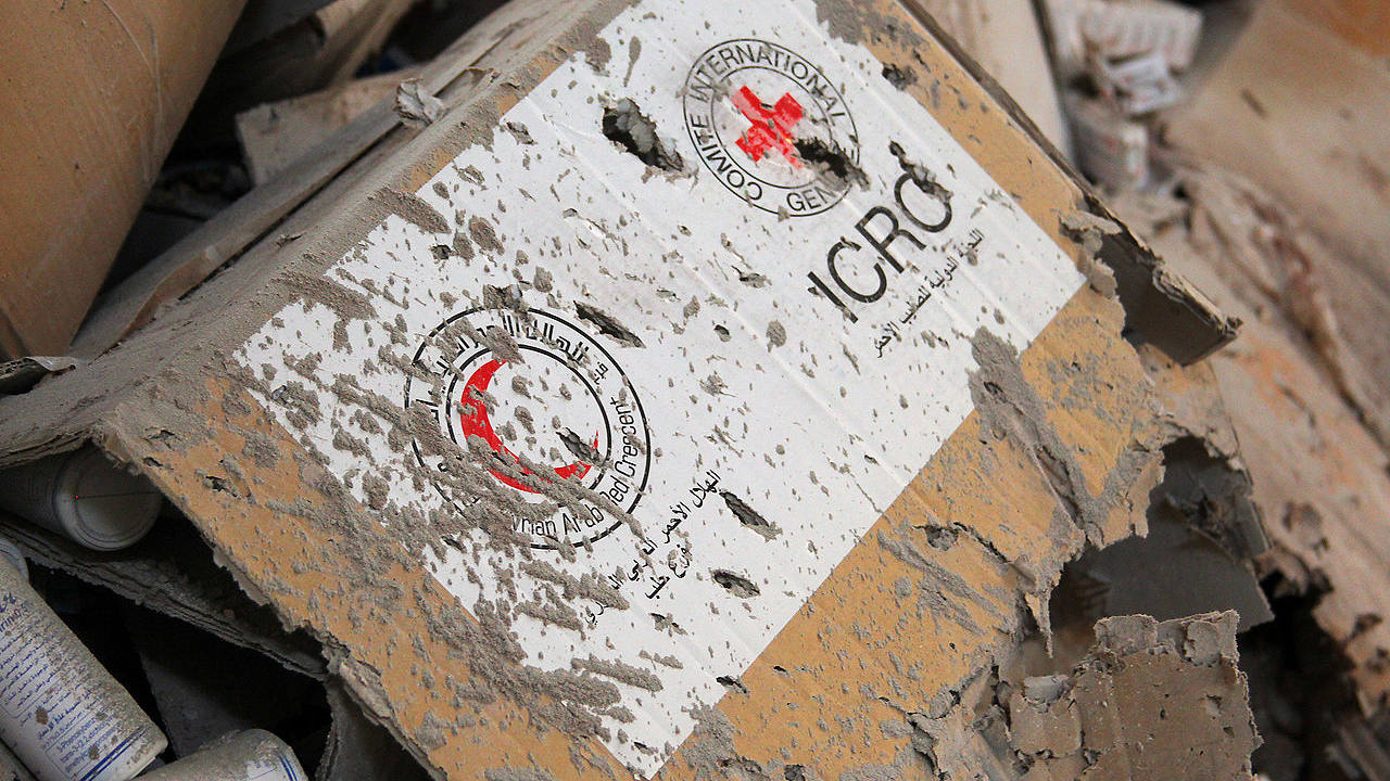 Caja con material médico de la Cruz Roja/Media Luna roja en uno de los almacenes de ayuda en la aldea de Urm al-Kubra