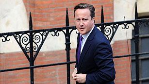 Cameron reconoce que la relación de los políticos con los medios no ha sido correcta