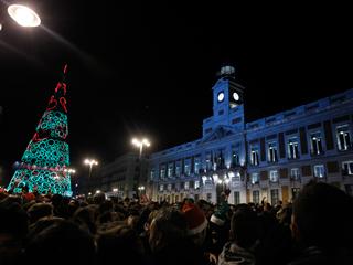 Las campanadas de entrada en 2012 con Anne Igartiburu y José Mota, desde la Puerta del Sol