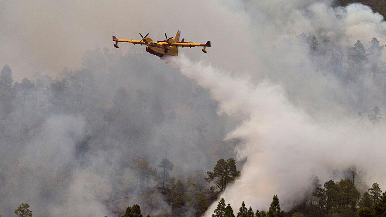 Canarias redobla los esfuerzos contra el fuego, que ya ha alcanzado el Teide