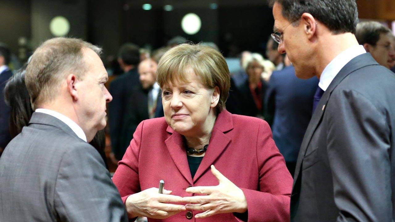 La canciller alemana, Angela Merkel, charla con el primer ministro danés, Lars Lokke Rasmussen (izquierda), y con el primer ministro holandés, Mark Rutte (derecha)
