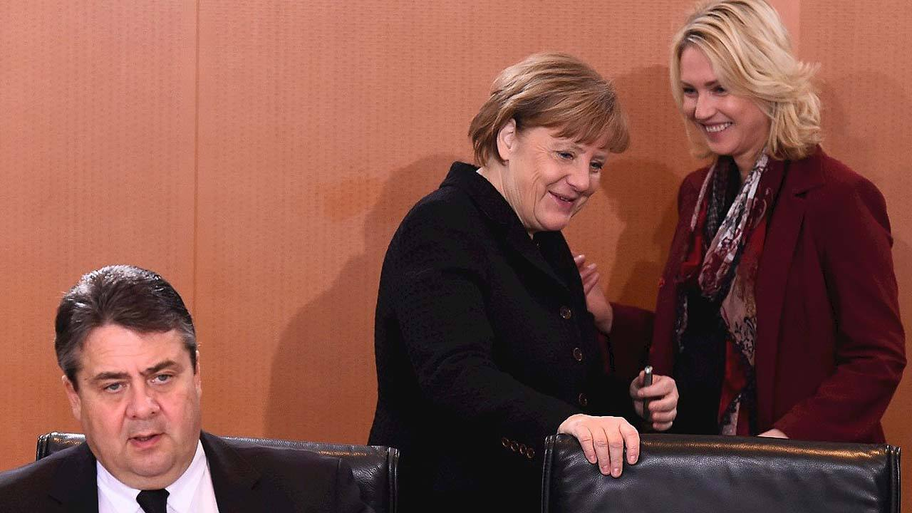 La canciller alemana Angela Merkel habla con la Ministra de Familia, Manuela Schwesig. Sentado, el vicecanciller y ministro de Economía Sigmar Gabriel, el 6 de enero de 2016. AFP / TOBIAS SCHWARZ