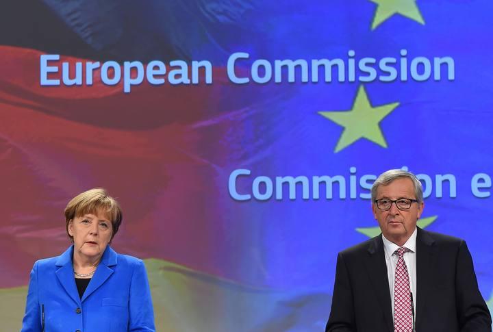 La canciller alemana, Angela Merkel, junto al presidente de la Comisión Europea, Jean-Claude Juncker