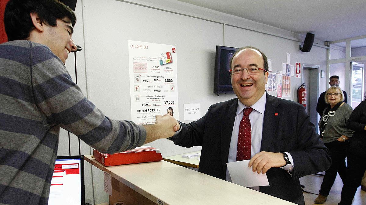 El candidato Miquel Iceta momentos antes de votar