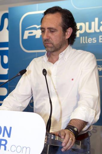 El candidato al Parlamento balear por el PP José Ramón Bauzá, analiza ante la prensa los resultados conseguidos en la jornada electoral, esta noche en Palma