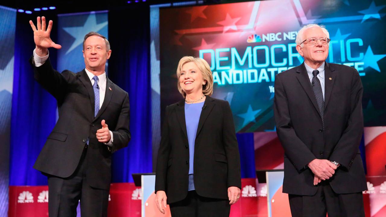 Los candidatos demócratas a la Casa Blanca, Martin O'Malley, Hillary Clinton y Bernie Sanders.