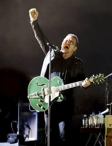 El cantante de la banda irlandesa U2, Bono, durante una actuación en Barcelona