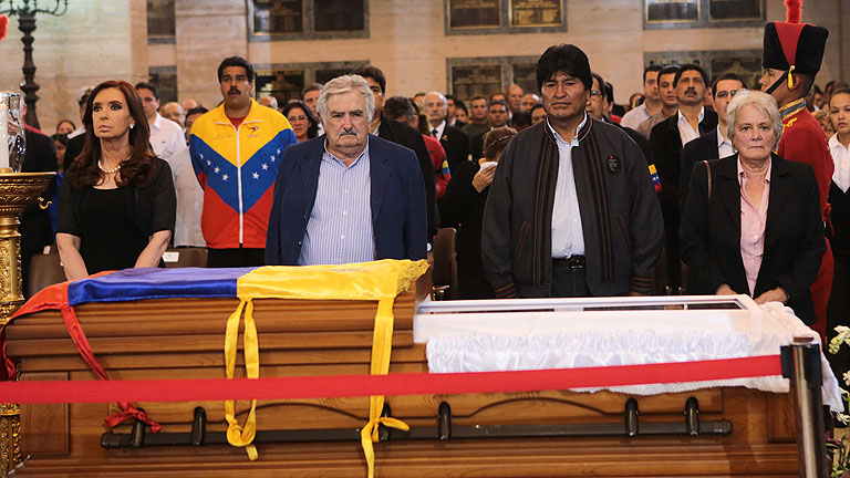 Caracas se viste de rojo para despedir a Chávez