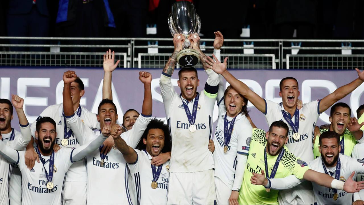El capitán del Real Madrid Sergio Ramos levanta el trofeo de la Supercopa de Europa 2016 tras ganar al Sevilla.