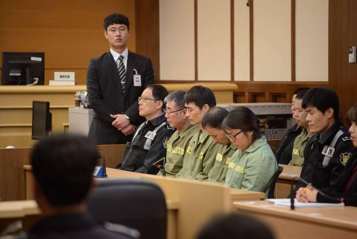El capitán del 'Sewol', Lee Jun-Seok junto a otros mienbros de la tripulación en la corte de Gwangju antes de la lectura de la setencia.