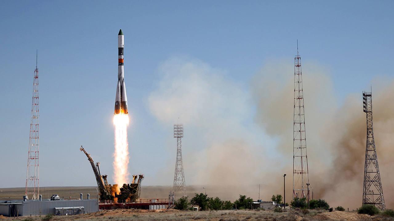 El carguero espacial Progress M-28M, en el momento de su lanzamiento desde el cosmódromo de Baikonur (Kazajistán).