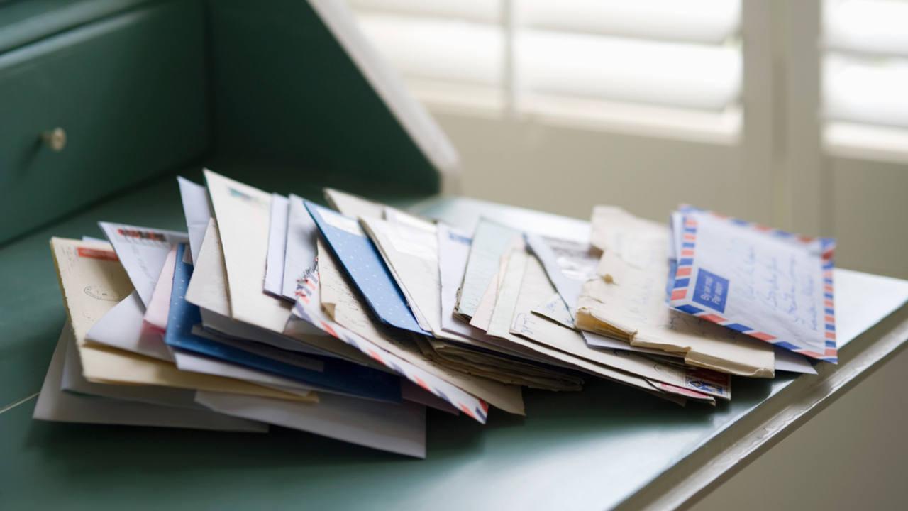 Cartas sobre un escritorio