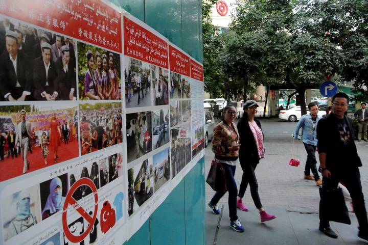 Cartel con propaganda antiterrorista en Urumqi, capital de Xinjiang, China