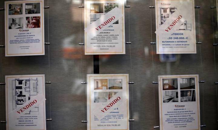 Carteles de pisos vendidos en una inmobiliaria en Madrid