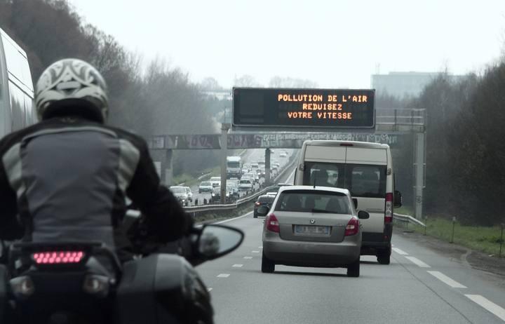 Carteles de tráfico alertan en Francia de la contaminación del aire
