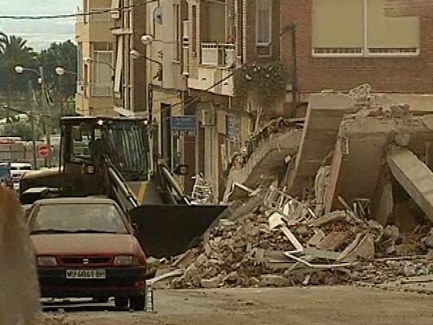 Los técnicos evalúan los daños en las viviendas afectadas por el terremoto de Lorca