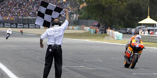 Casey Stoner en la línea de meta de Estoril.