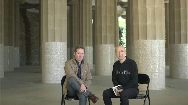 celsooscar Para hablar con el autor gallego Celso Castro hemos quedado en la conocida Sala Hipóstila del Parque Güell de Barcelona, y entre sus increíbles columnas, nos habló de 'Entre culebras y extraños'