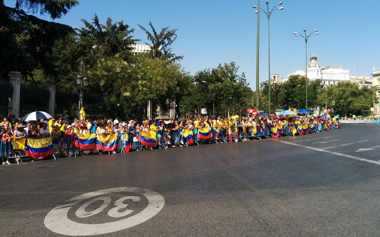 Centenares de aficionados colombianos dan colorido a la carrera.