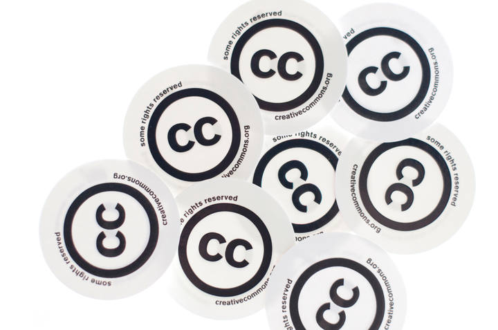 Chapas con el logo de Creative Commons.