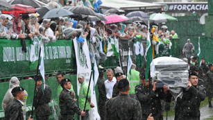 El Chapecoense celebra un masivo funeral bajo la lluvia en su estadio