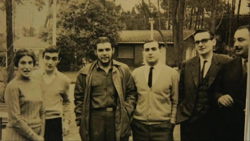 El Che con su familia en Punta del Este, Uruguay. De izda a decha: Celia de la Serna (madre del Che), Juan Martín Guevara, Ernesto Guevara, Roberto Guevara y unos amigos.