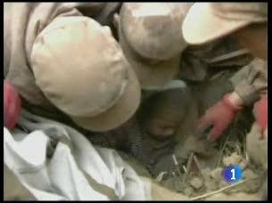 Militares, civiles y monjes tibetanos buscan supervivientes entre los escombros después del terremoto
