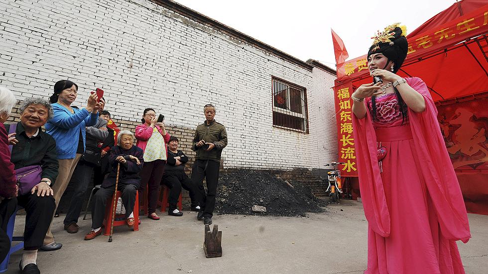 China quiere limitar el número de bailarinas callejeras