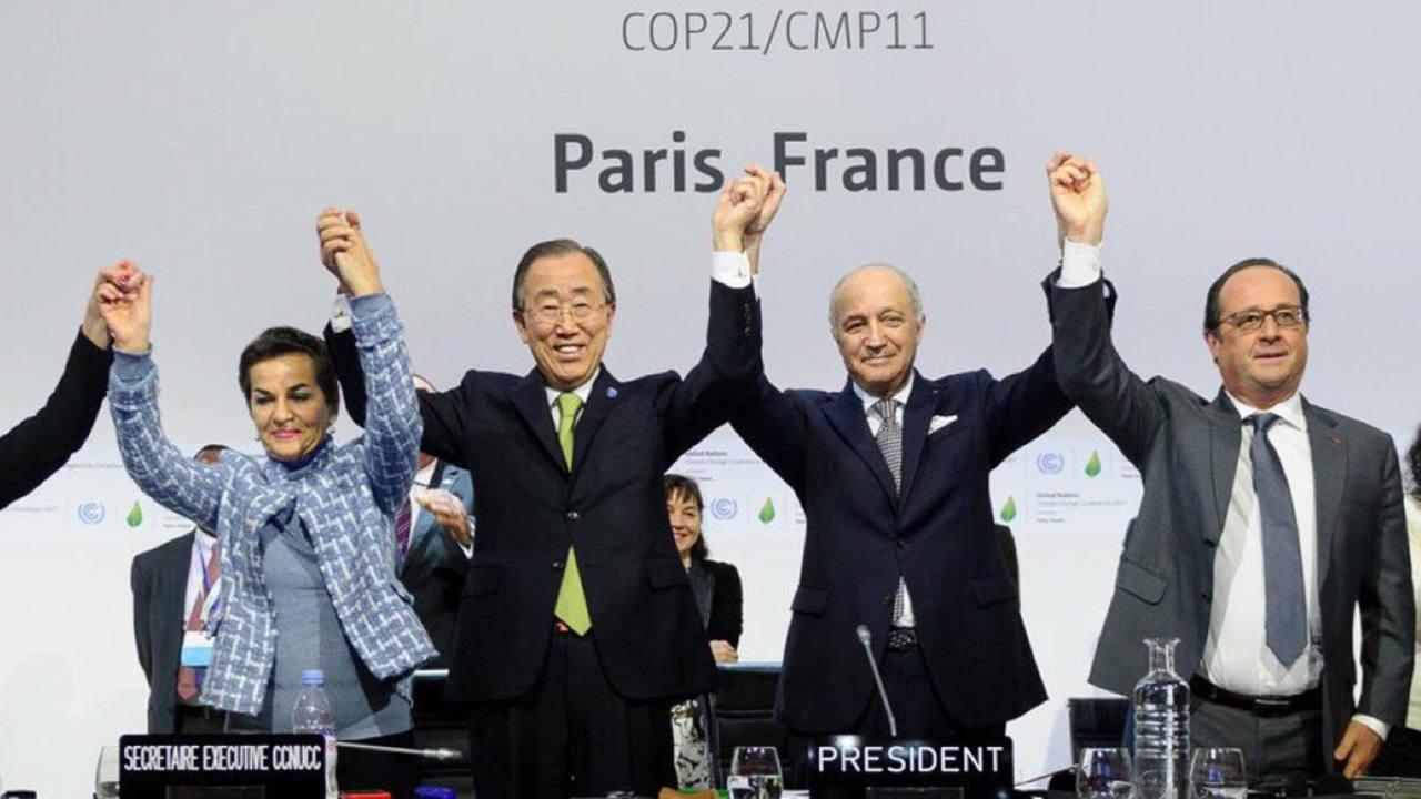 Christiana Figueres celebra el acuerdo de París como secretaria ejecutiva de la Convención sobre el Cambio Climático, junto a Ban Ki-moon y François Hollande.