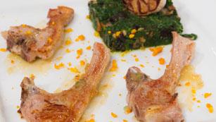 Saber Cocinar - Chuletillas de cordero con ajos asados y tomillo