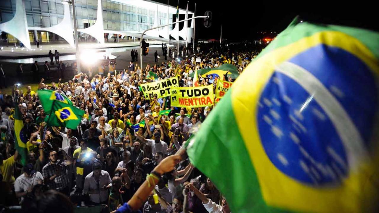 Cientos de brasileños se han manifestado frente a la sede del Gobierno