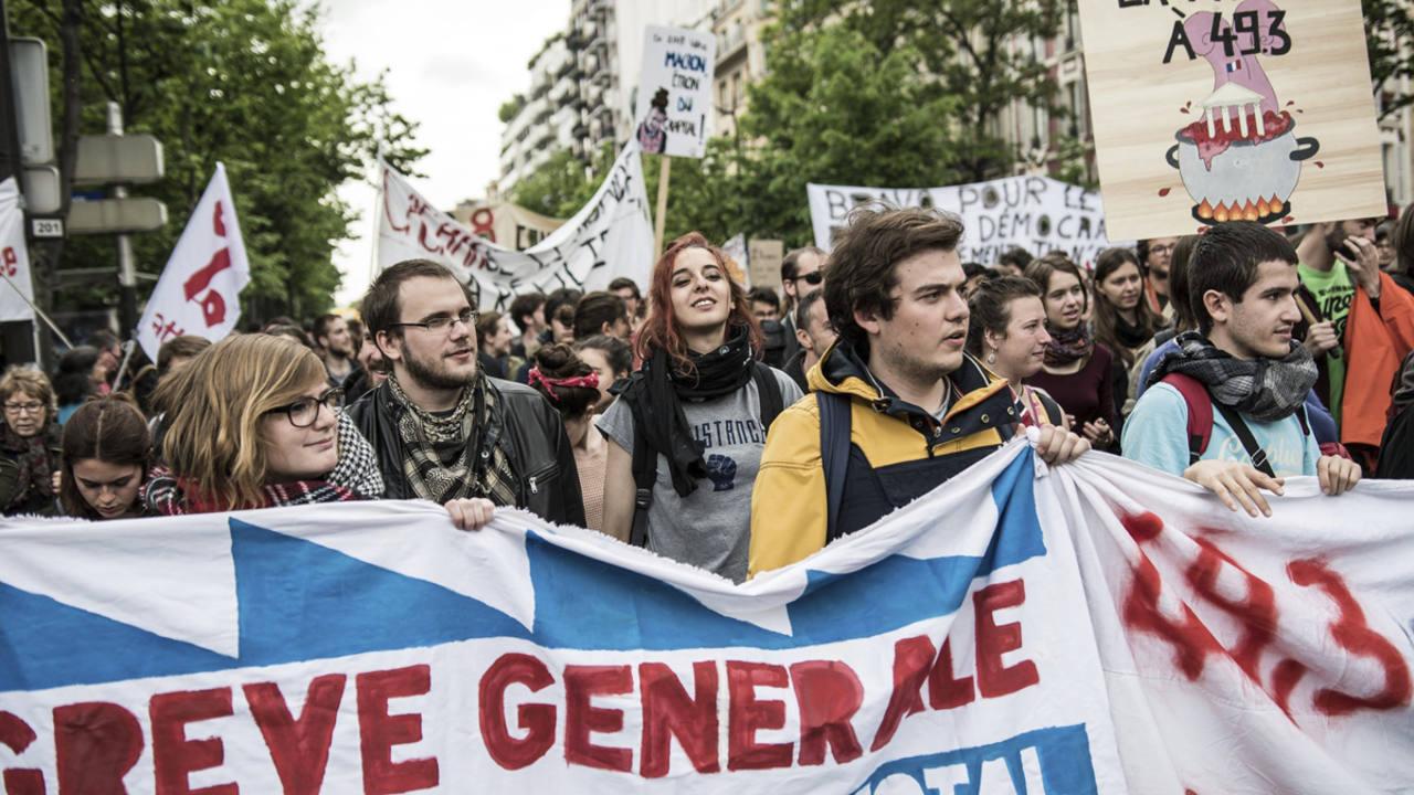 Cientos de estudiantes y trabajadores participan en una manfiestación contra la reforma laboral en París