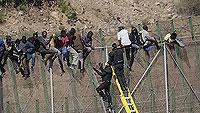 Ir al VideoCientos de inmigrantes protagonizan un nuevo intento de entrada en Melilla
