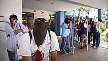 Ir al VideoCientos de manifestantes toman el aeropuerto de Acapulco en protesta por las desapariciones