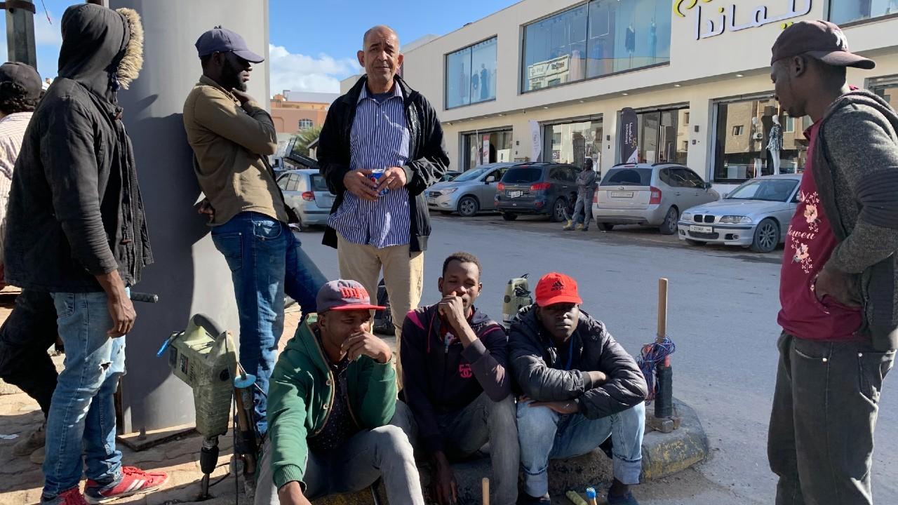 Cientos de migrantes esperan en las calles a que alguien les ofrezca trabajo, pero ante el riesgo de ser víctimas de los traficantes