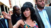 Ir al Video Cinco años de la muerte de Amy Winehouse, la voz blanca del soul