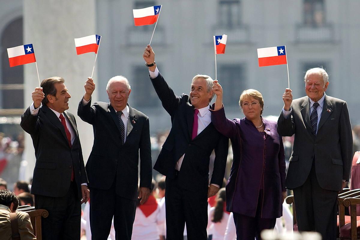 http://img.rtve.es/imagenes/cinco-presidentes-chilenos-desde-vuelta-democracia-reunidos-2010-ocasion-del-bicentenario-independencia-izquierda-derecha-eduardo-frei-ricardo-lagos-sebastian-pinera-michelle-bachelet-patricio-aylwin/1461075002338.jpg
