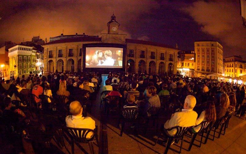 El cine en la calle es una de las actividades más populares