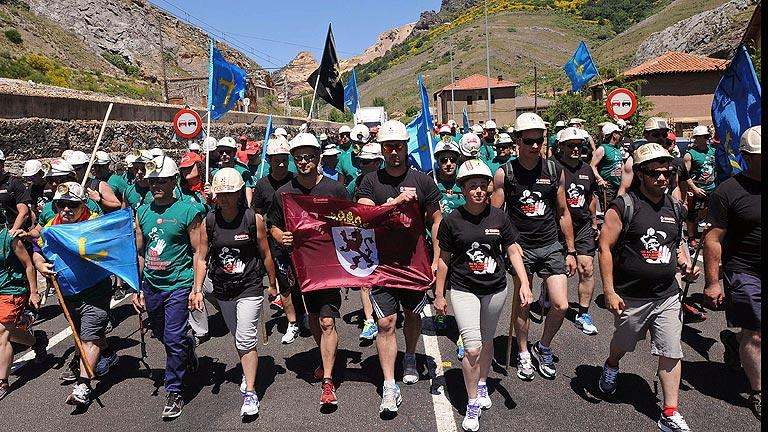 Ciñera (León) se vuelca para recibir a los mineros asturianos de la 'marcha negra'