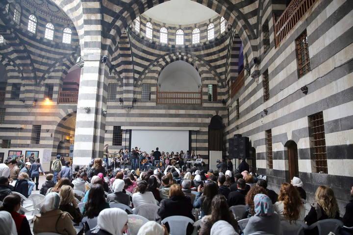 Ciudadanos sirios aisten a un concierto en Damasco una actividad promovida por la ONU en favor de los damnificados por la guerra en Siria.