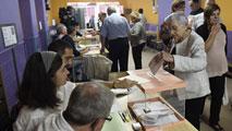 Ir al VideoLos ciudadanos votan en una jornada sin incidentes