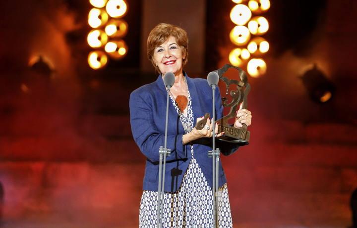 """CLa actriz Concha Velasco, emocionada, tras recibir el Premio Ceres """"Emérita Augusta"""", en el Teatro Romano de Mérida."""