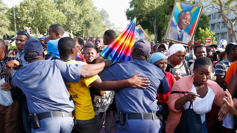 El clan de Mandela prepara el ritual del entierro de Mandela en Qunu