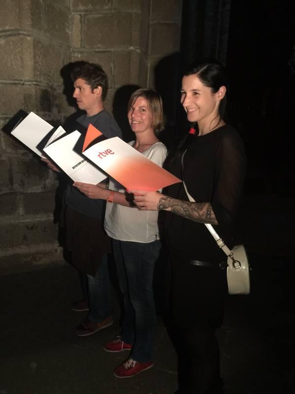 Clara Peñalver y le resto del equipo de 'La mitad invisible', en la Catedral de Ávila