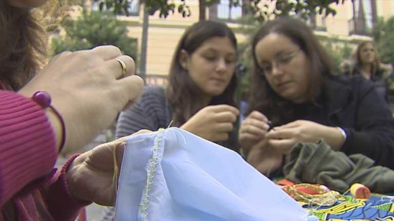 Clases de hilo y aguja en las calles de Madrid