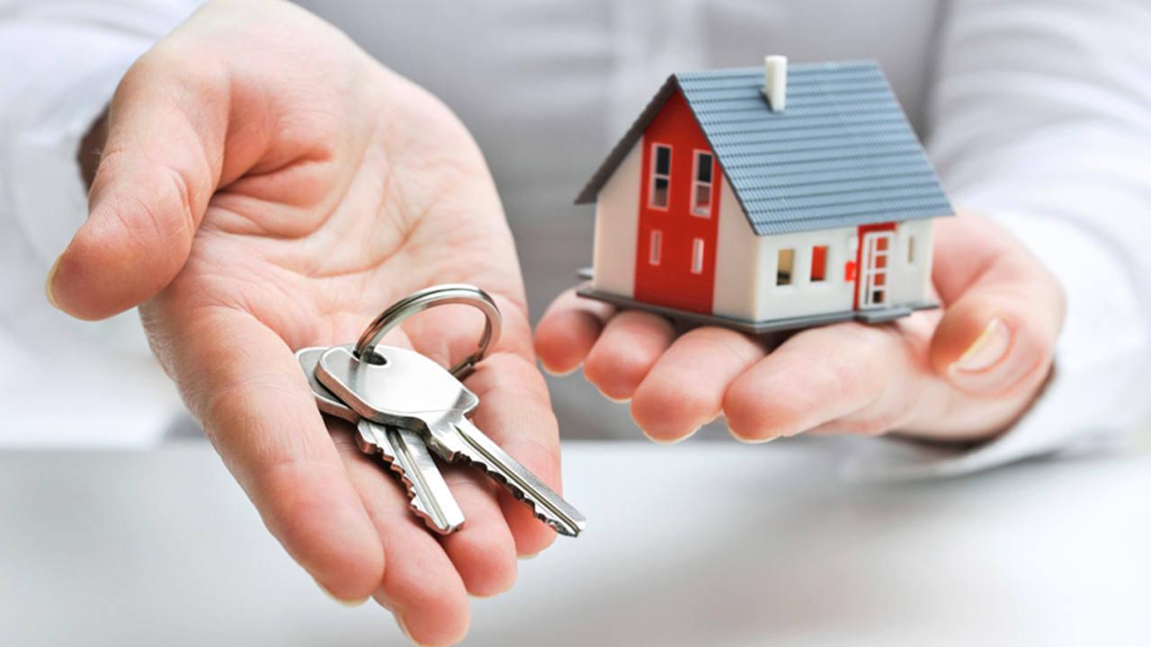 Un cliente hipotecario muestra las llaves de su nueva casa