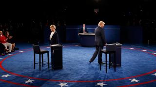 Clinton vuelve a atacar a Trump por su supuesta evasión fiscal
